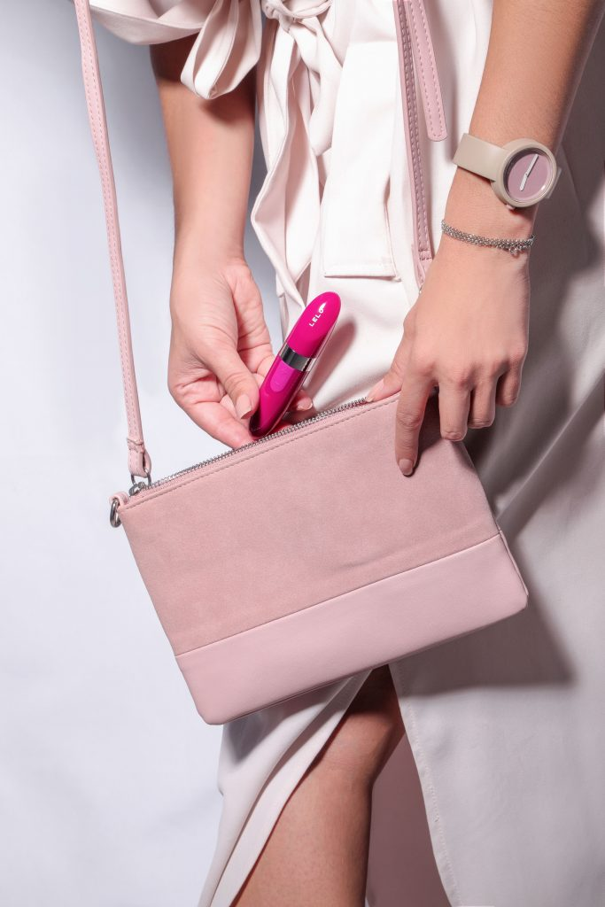 Lelo mia 2 taking out from pink bag